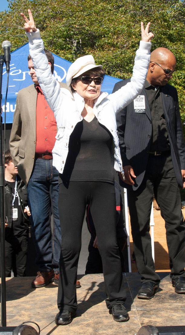 Yoko Ono iloitsi paikalle saapuneesta runsaasta yleisöstä, vaikka luku ei riittänyt rikkomaan maailmanennätystä.
