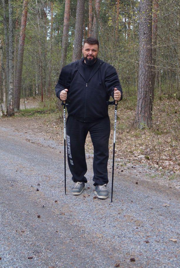 Visuri 75 kiloa kevyempänä lempipuuhassaan lenkkipolulla. Innostuksestaan Visuri on pitänyt huolta pyytämällä ihmisiä lenkkikavereiksi. Apu onkin tarpeen, sillä mies liikkuu neljä tuntia päivässä.