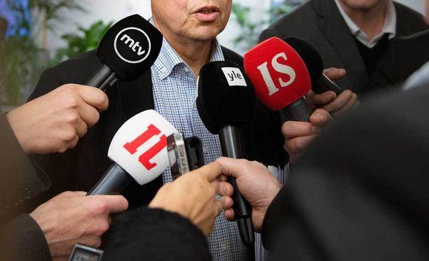 Neuvosto huomautti, että toimittajien uhkailu vaarantaa sananvapautta.