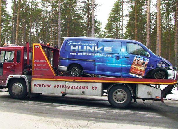 ROMUTTUI Hunksien keikoilla kuljetetaan mukana iso määrä esiintymistarvikkeita. Tila-auton etuosa ruttaantui törmäyksessä. Kulkupeli on ollut Hunkseilla noin viisi vuotta.