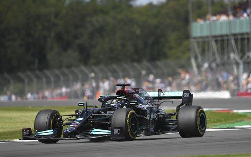 Lewis Hamilton oli historiallisen aika-ajon nopein! Max Verstappen taipui todella niukasti