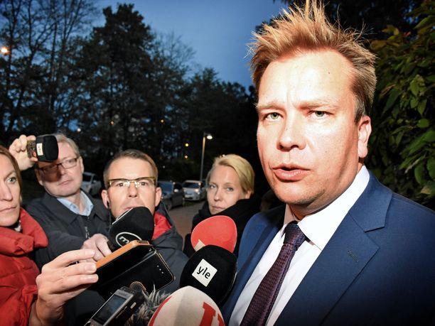 Keskustan ryhmyri Antti Kaikkonen saapui lähes kaksi ja puoli tuntia kestäneen kokouksen jälkeen Kesärannan portille kertomaan, että keskustan ja kokoomuksen hallitusyhteistyö jatkuu.