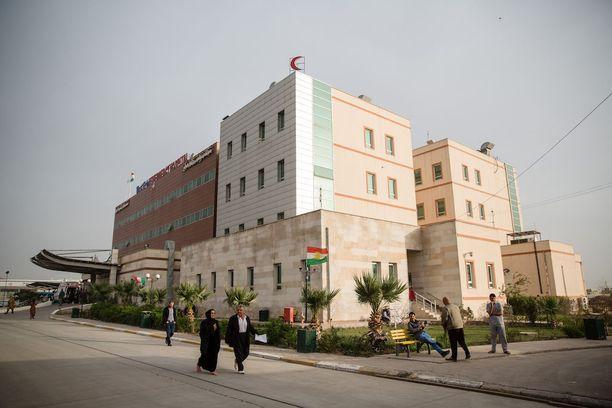Erblin sairaala sijaitsee noin tunnin ajomatkan päässä sodan runtelemasta Mosulista. Rajoitetun liikkumisen takia potilaan matka sairaalaan voi kuitenkin kestää useita tunteja. Vakavimmin loukkaantuneet eivät aina selviä matkasta.