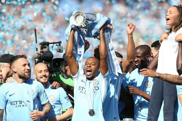 Manchester City -pelaajat ovat jo tottuneet juhlimaan Valioliiga-pokaalin kanssa.