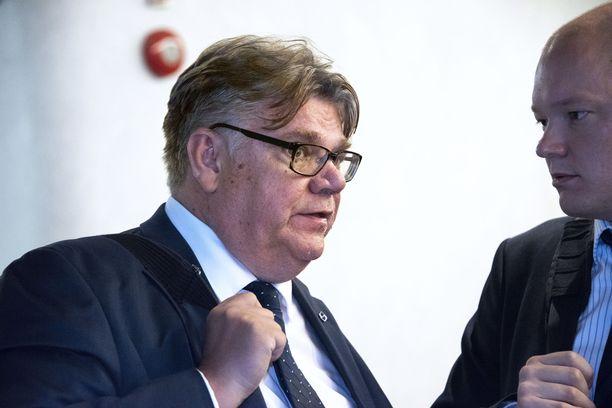 Ulkoministeri Timo Soini (sin) kertoo päätöksestään asettua ehdolle ensi kevään eduskuntavaaleihin joululoman aikaan.