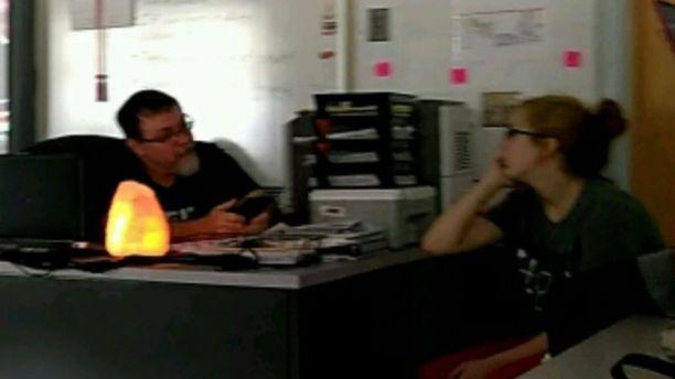 Elizabeth Thomas ja Tad Cummins luokkahuoneessa.