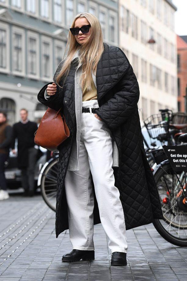 Pitkä, musta ja tikattu - tältä näyttää talven suosikkitakki.