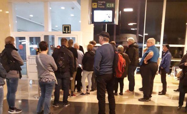 Suomalaismatkustajat odottivat lennon lähtöä Las Palmasin kentällä yli 14 tuntia. Nyt odotus jatkuu hotellissa.