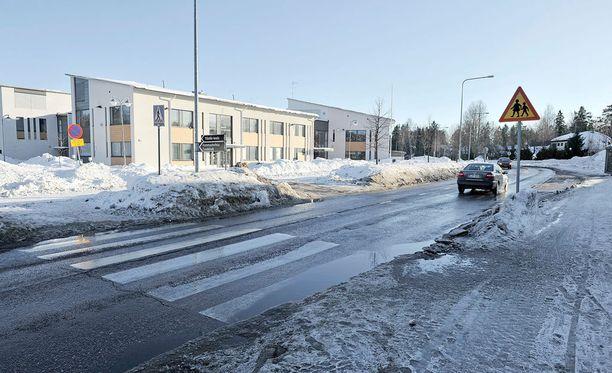 11-vuotias tyttö joutui henkilöauton tuuppaamaksi ylittäessään suojatietä Seinäjoella perjantaina. Kuvituskuva.
