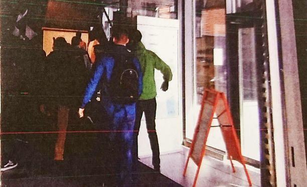 Videolla näkyy mielenosoittajia menossa sisälle Sokokselle.
