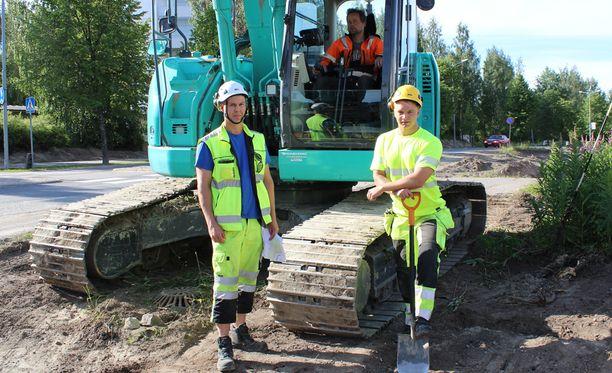 Vastaava työnjohtaja Jonne Puurtinen (vas.), kaivurinkuljettaja Ari Kaasalainen ja maarakennustyöntekijä Miro Kilpiö.