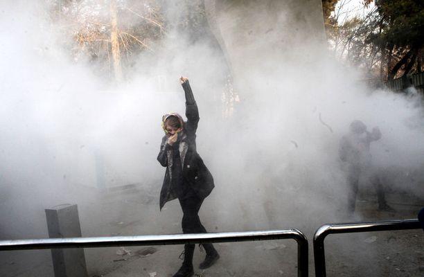 Iranin mielenosoituksissa kuoli sunnuntain ja maanantain välisenä yönä 10 ihmistä. Kuva viikonlopulta, jolloin poliisi käytti kyynelkaasua mielenosoittajien hillitsemiseksi Iranissa.