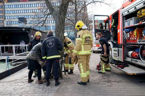 Keski-ikäinen nainen selvisi säikähdyksellä mereen putoamisesta Helsingin Hakaniemessä sunnuntai-iltapäivänä.