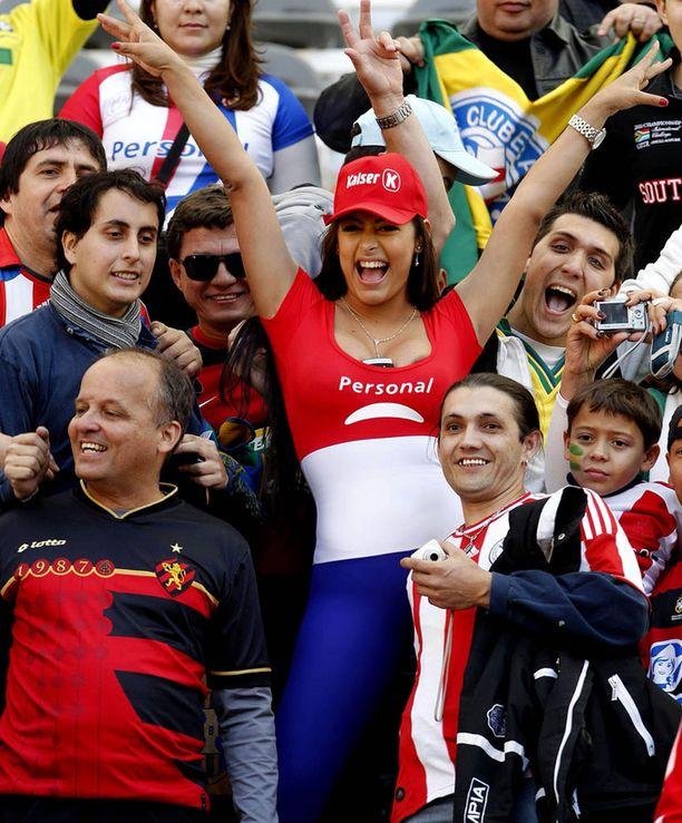 Miespuoliset kannattajat piirittävät Riquelmea.