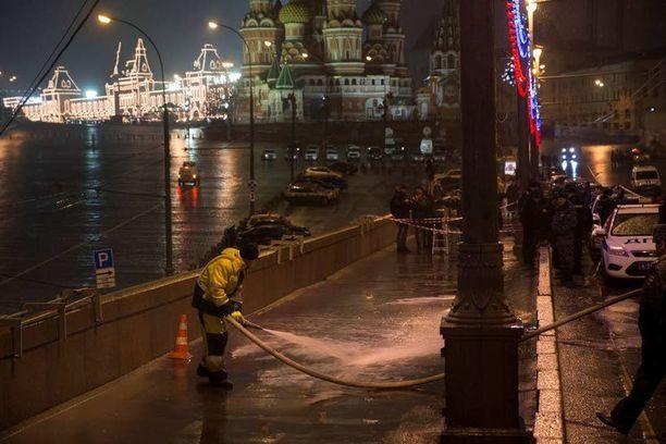 Moskovan kaupungin työntekijä siivosi lauantaina paikkaa, jonne Borsi Nemtsovin elämä päättyi.