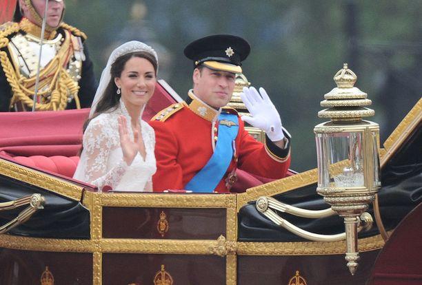 Herttuapari tervehti kansaa hevoskärryistä käsin.