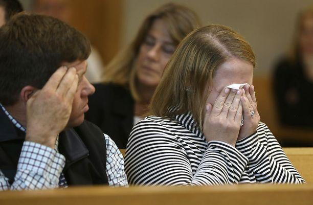 Royn omaiset murtuivat kyyneliin oikeudessa, kun salissa näytettiin kuvia miehen kuolinpaikalta.