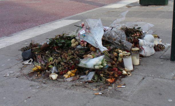 Ahmed Obaidin surmapaikalle lasketut kuihtuneet kukat muistuttavat noin kahden kuukauden takaisesta ampumatapauksesta.
