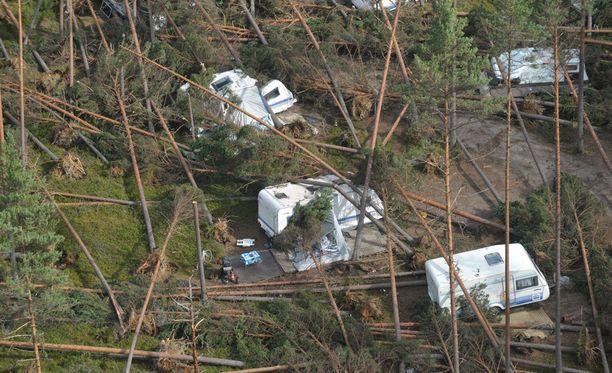 Vuoden 2010 kesällä iskeneet myrskyt herättelivät pelastuslaitoksia parantamaan valmiuttaan. Kuvassa Veera-myrskyn tuhoja Hietasaaren leirintäalueella.