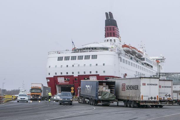 Autoja jonottamassa Viking Linen laivaan Turussa. Arkistokuva.