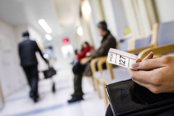 Suomessa on edelleen suuret erot alueittain siinä, kuinka kauan kiireettömässä tapauksessa aikaa lääkärille joutuu odottamaan.