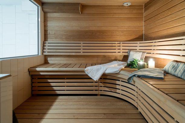 Tässä perinteisessä saunassa on kaunis kaareva penkki. Tuttu ja turvallinen puunväri miellyttänee monen silmää.