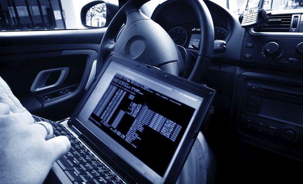 Autolla voi hakkeroitua puhelimiin 500 metrin säteellä. Kuvituskuva.