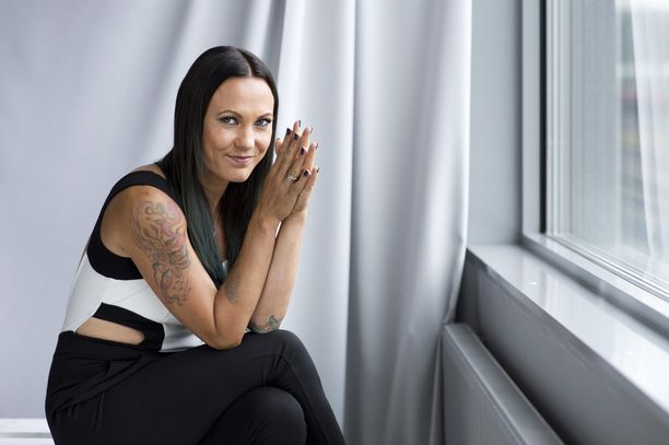 Mira Luoti tuli tunnetuksi PMMP-yhtyeen toisena laulajana. Paula Vesalan ja Luodin luotsaama PMMP oli pystyssä vuodet 2002-2013.