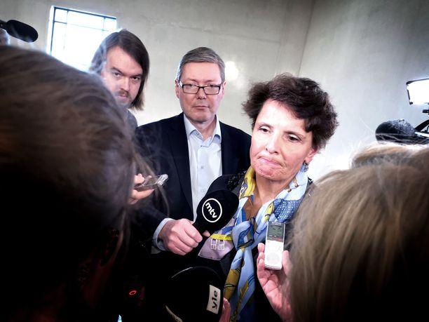 Liikenneministeri Anne Berner (kesk) joutui torstaina median piirittämäksi poistuessaan keskustan eduskuntaryhmän kokouksesta, missä ryhmä antoi hänelle - osa tosin ns. pitkin hampain - tukensa siirtymiselle ruotsalaispankki SEB:n hallitukseen.