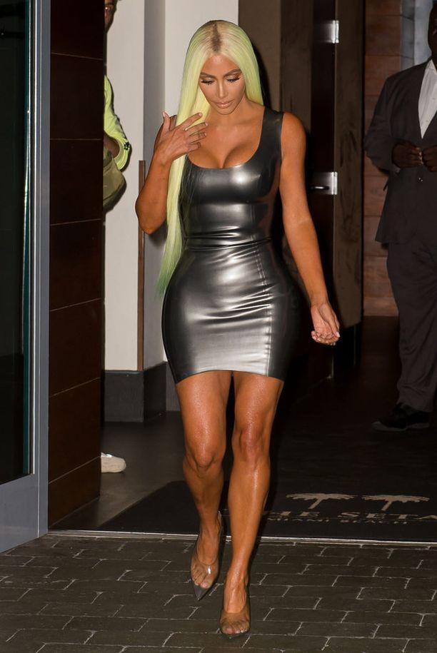 Kim Kardashian on taas blondi! Hopeinen lateksimekko ja pitkät vaalennetut kutrit tekevät lookista melkoisen barbimaisen.