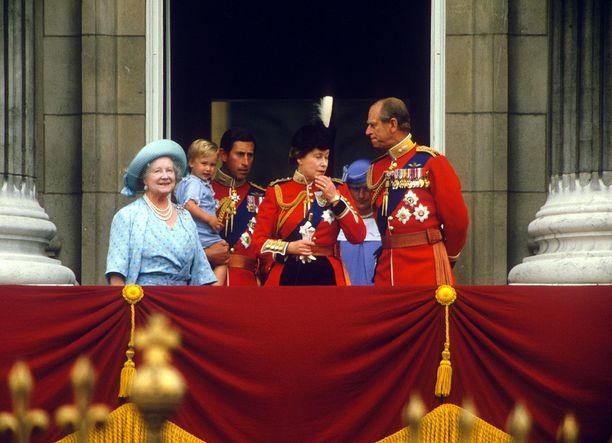 Prinssi William osallistui isänsä sylissä vuoden 1984 Trooping the Colour -juhlallisuuksiin, joita vietetään kuningattaren syntymäpäivän kunniaksi. Prinssi Philip seuraa tarkkaavaisena pojanpoikaansa.