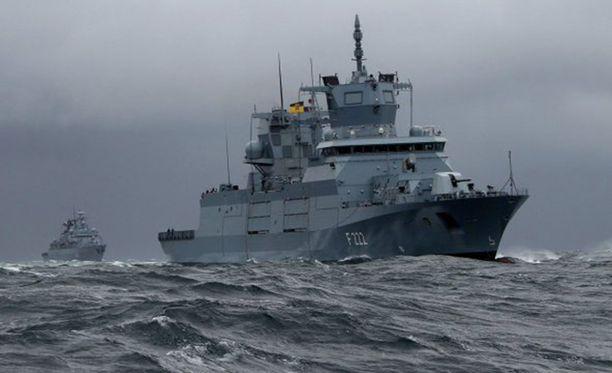 Alus on pysyvästi kallellaan. Lisäksi aluksessa on nykynäkemyksen mukaan väärä aseistus, se on helppo maali sukellusveneille.