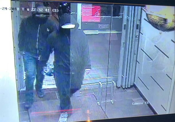 Näitä kahta miestä epäillään omatekoisen pommin räjäytyksestä ravintolassa. Molemmilla oli yllään siniset farkut, mustat hupparit ja kasvomaskit. Ensimmäinen oli noin 180 senttiä pitkä, iholtaan vaaleanruskea ja tanakka. Jälkimmäinen on noin 175-senttinen, vaaleaihoinen ja hoikka.