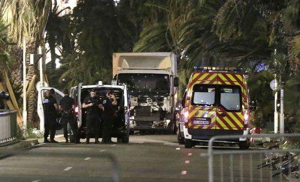 Hyökkääjän ajaman kuorma-auton tuulilasi oli täynnä luodinreikiä tilanteen päätyttyä.