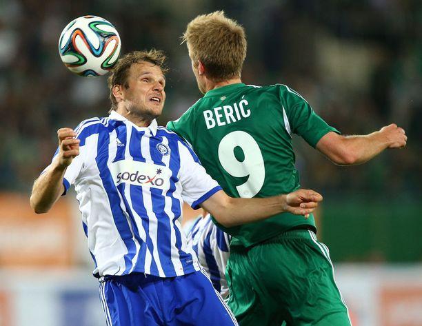 Heikkinen kamppailee entisen seuransa SK Rapid Wienin Roman Bericin kanssa 2014. Ottelu vei HJK:n historiallisesti Eurooppa-liiga.