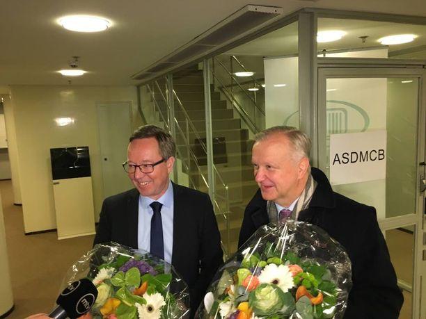 Vuodenvaihteessa väistyvä elinkeinoministeri Olli Rehn antoi tsemppiterveiset seuraajalleen Mika Lintilälle.