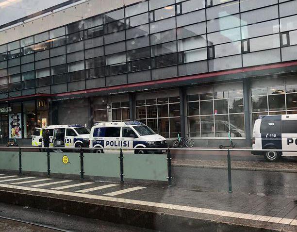 Operaatioon osallistuneita poliiseja sunnuntai-iltapäivänä Ruoholahden metroasemalla.