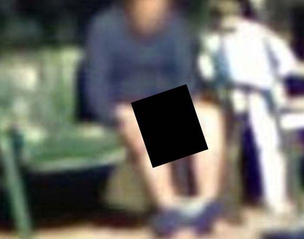 Mies kuvattiin housut kintuissa Googlen karttapalvelussa julkaistussa kuvassa.