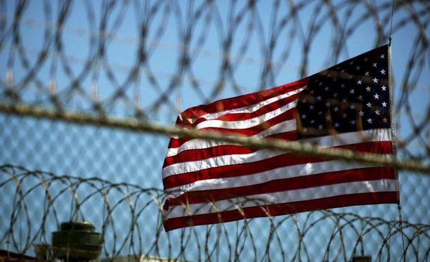Yhdysvaltain lippu liehuu Guantanamo Bayn vankileirissä Kuubassa. Kuvituskuva