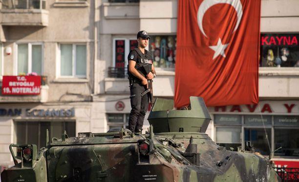 Istanbulissa kadut ovat suurimmaksi osaksi ainakin toistaiseksi rauhoittuneet, mutta poliisit ovat vahdissa.