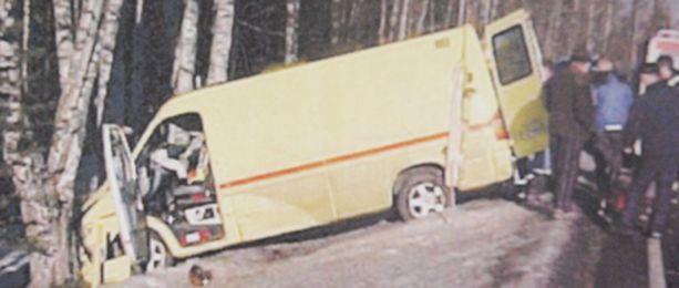 Ambulanssin kuljettaja menetti muistinsa rajussa törmäyksessä puihin.