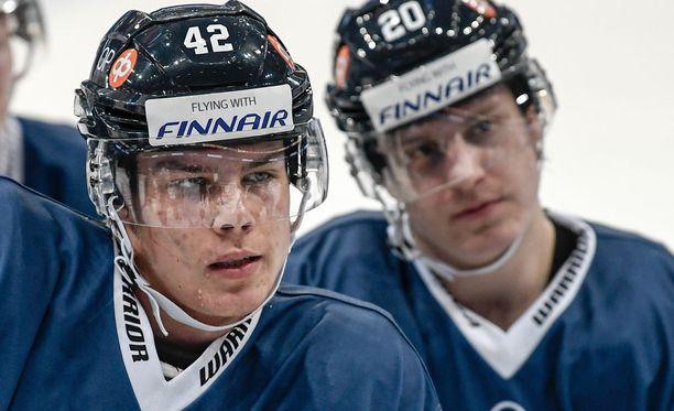 Miro Heiskanen (vas.)ja Eeli Tolvanen ovat pelanneet yhdessä kaikissa ikäkausimaajoukkueissa. Nyt kaksikko on yhdessä A-maajoukkueessa.
