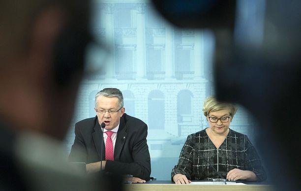 Sipilän hallituksessa sote- ja maakuntauudistusten vetovastuu on keskustan ministereillä Juha Rehulalla ja Anu Vehviläisellä.