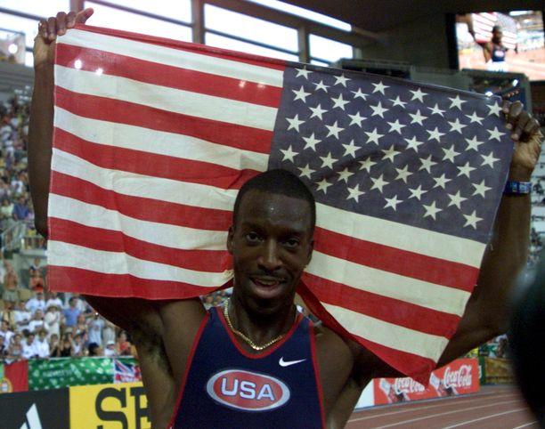 Michael Johnson juhli 400 metrin MM-kultaa ja maailmanennätystä 43.18 Sevillassa 1999.