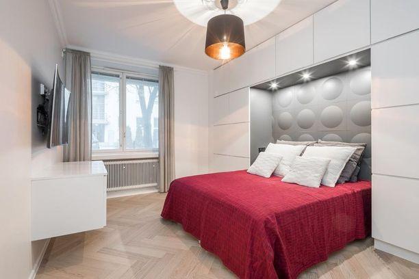Mikä idea! Tässä makuuhuoneessa on sekä säilytystila että näyttävä sängynpääty yhdessä.
