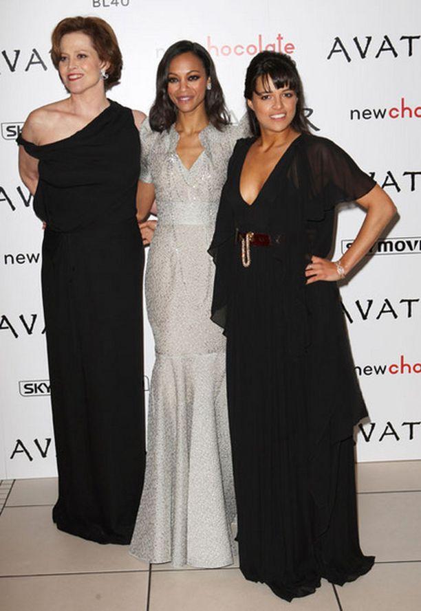 Weaverin seurassa elokuvan kaksi muuta naistähteä Zoe Saldana (keskellä) ja Michelle Rodriguez (oik.).