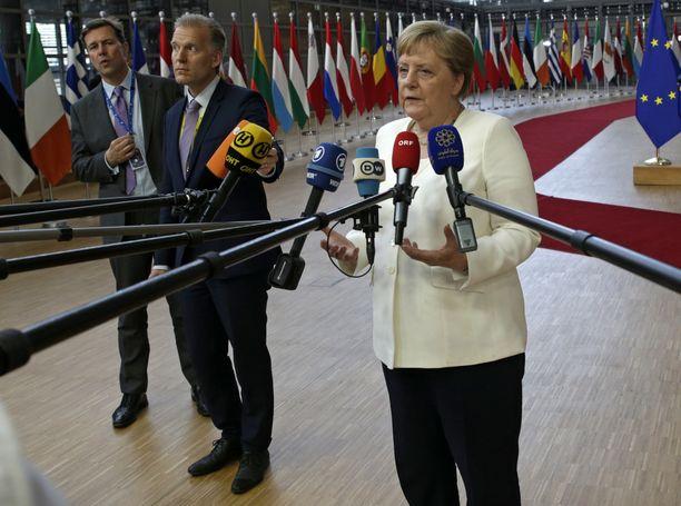 Liittokansleri Angela Merkel (oik.) EU-johtajien huippukokouksessa Brysselissä sunnuntaina.