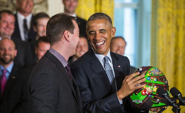 Yhdysvaltain entinen presidentti Barack Obama isännöi Nascar-tähti Kyle Buschia Valkoisessa talossa 2016.