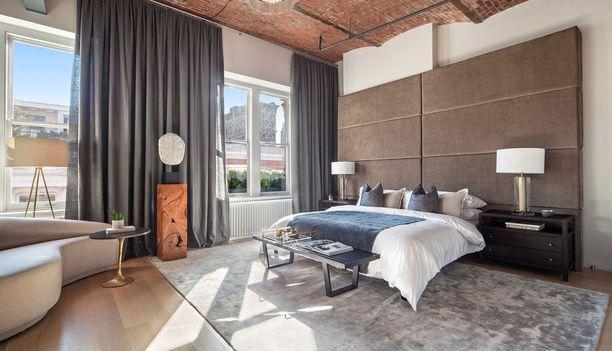 Suurimmassa makuuhuoneessa on valtava sängynpääty.