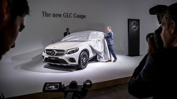 Mercedes GLC Coupen päältä kiskottiin esirippu autonäyttelyn ennakkoillassa.